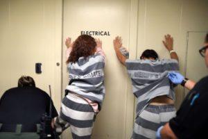 Досмотр девушек в тюрьме фото