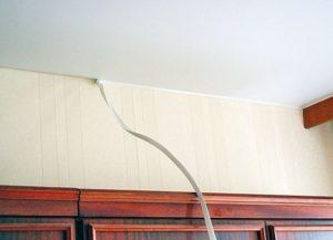 Чем закрыть стык потолка и стены